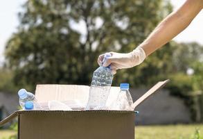 Primer plano de botellas de plástico de reciclaje individual foto