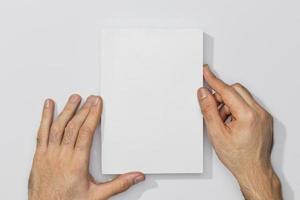 Copie el libro de espacio en las manos de la persona sobre fondo blanco. foto