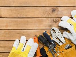 Diferentes herramientas de carpintería en mesa de madera. foto