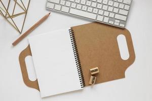 Composición del diario de material reciclado en el escritorio. foto
