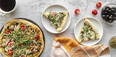 vista superior de deliciosa pizza foto