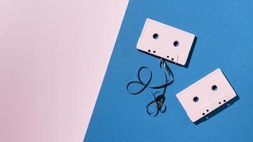 cintas de color rosa sobre fondo azul foto