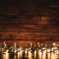 luces de hadas con fondo de madera borrosa foto