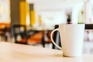 Taza de café con leche en la cafetería. foto