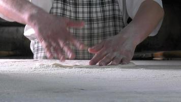 desenrolando a massa com farinha para fazer pita turca video