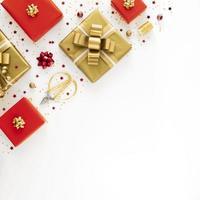 Disposición plana laicos de regalos envueltos festivos con espacio de copia foto