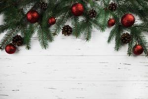rama de abeto con adornos navideños foto