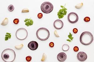cebolla plana en rodajas en aros y especias foto