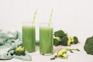 Vista frontal de refrescantes batidos verdes. foto