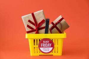 decoración de viernes negro con canasta de regalos foto