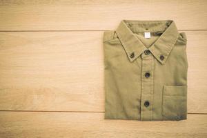Camisa de moda de hombre hermoso sobre fondo de madera foto