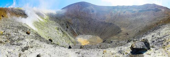 las fumarolas en el cráter del volcán en las islas eolias foto