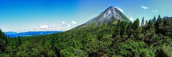 el volcán activo arenal en costa rica foto