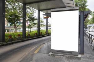 Cartelera publicitaria en blanco en la parada de autobús. foto