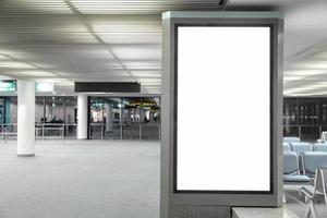 Cartelera en blanco en el aeropuerto y desenfoque de fondo foto