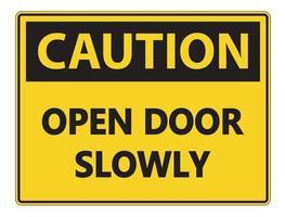 Precaución puerta abierta lentamente signo de pared sobre fondo blanco. vector