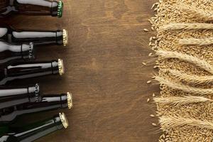 botellas de cerveza con espacio de copia foto