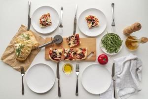 deliciosos ingredientes de pizza tradicional foto