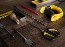 Vista superior de herramientas de madera en el escritorio foto