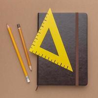 Regla de ángulo recto en el cuaderno con lápices foto