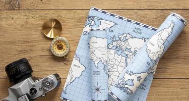 mapas, brújula y cámara foto