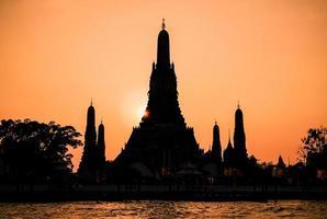 Cerrar la silueta del templo Wat Arun al atardecer en Bangkok, Tailandia foto