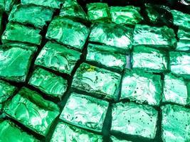 capa de ladrillos de vidrio de colores brillantes foto