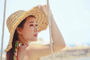 mujer asiática con un sombrero de moda foto