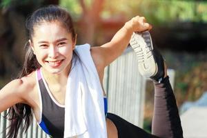 Bella mujer haciendo ejercicio al aire libre en el parque foto