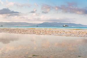 Escena típica de la mañana en la costa de Boracay, Pilippines foto
