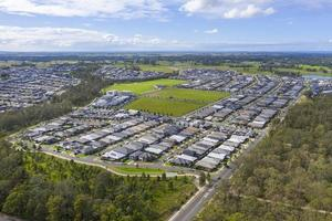 Fotografía aérea con drones de casas y espacios públicos en una gran comunidad residencial. foto