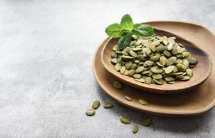 plato de madera con semillas de calabaza foto
