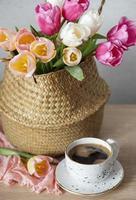 canasta con tulipanes de colores de primavera foto
