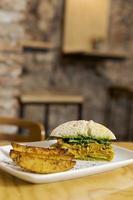 sándwich con gajos de papa foto