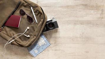 Arreglo de artículos de viaje en mochila. foto