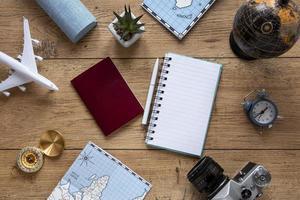 vista superior de artículos turísticos en la parte superior del escritorio foto