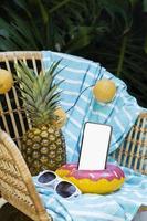 concepto de diversión de verano con maqueta de teléfono inteligente foto