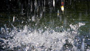 água caindo em um lago na natureza selvagem video