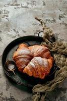 croissants sobre fondo de piedra gris foto
