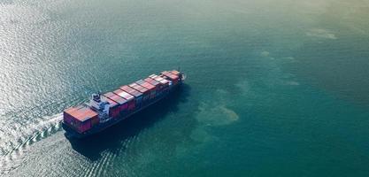 Vista aérea superior del gran buque de carga de contenedores foto