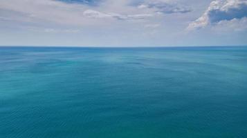 vista aérea, hermosa superficie azul del mar foto