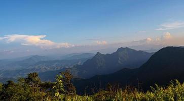 Punto de vista de alto ángulo puesta de sol sobre montañas y bosques foto