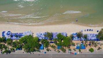 Vista aérea superior de la hermosa playa por la mañana en Tailandia foto