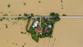 Vista aérea superior de los arrozales inundados y la aldea. foto