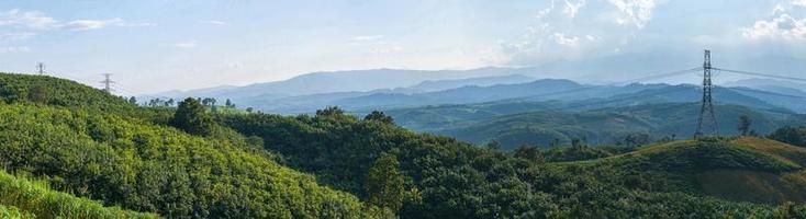 vista panorámica del paisaje del poste de alta tensión foto