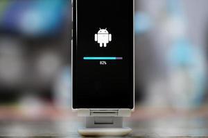 chiangmai, tailandia, 23 de enero de 2021: actualización del sistema operativo del teléfono Android foto