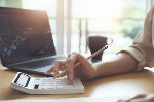 mujer usando una calculadora en una oficina foto