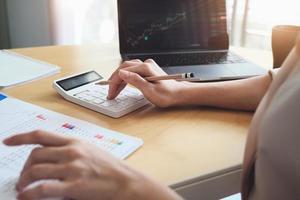 mujer revisando documentos financieros foto