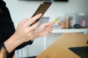 persona pagando en su teléfono foto