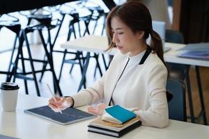 mujer mirando gráficos en una tableta foto